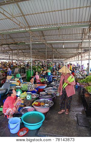 Fish sellers in covered market, Can Tho, southern Vietnam