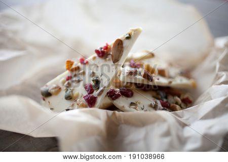 White chocolate bark with almonds