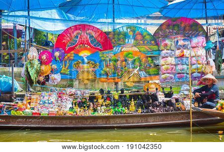 THAILAND-October 09 2016: Souvenir sale on boat at Thai popular travel site