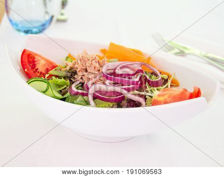 Ensalada de lechuga cebolla y atún. Salad of lettuce onion and tuna.
