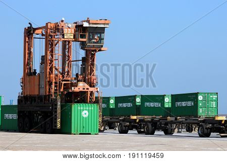 Straddle Carrier Shipping Container