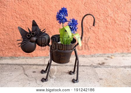 Metal statue of a cat-pot for flowers