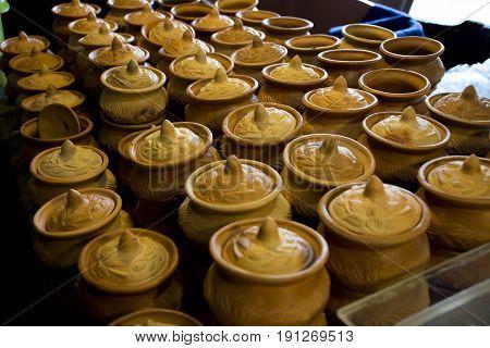 Many clay pots are lined up beautifully.