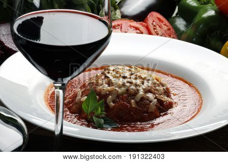 Spaghetti bolognese and red wine