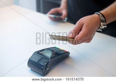 Mobile payment PayPass. Calculation of the plastic card in the store.