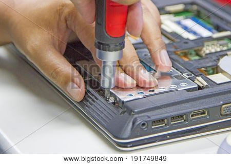 Screw the screws to repair the notebook and remove the hard drive.