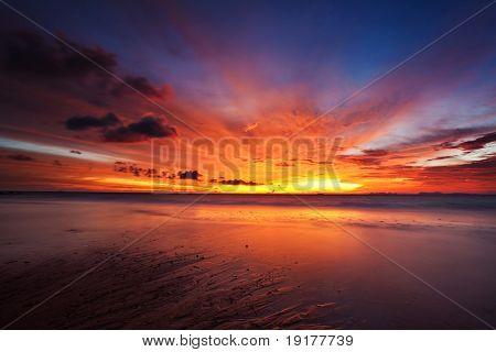 Красивый закат в тропическом море