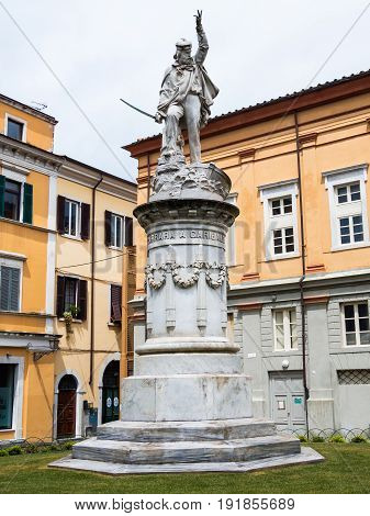 Impressive marble statue that Carrara dedicated to Giuseppe Garibaldi
