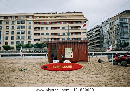 Surf rescue beach hut of life savers and guards on touristic beach in vacation holiday destination for summer on rainy day vigilante
