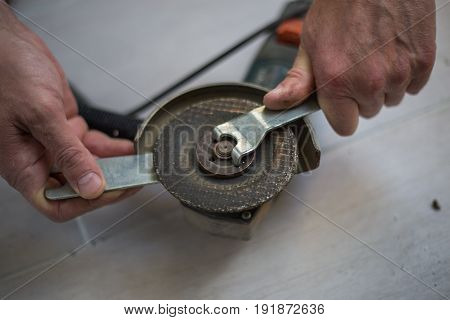 Expert, Rotating Wheels From Grinding, The Tool For Loosening