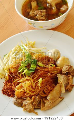 dried thin rice noodle topping braised pork and brown bone soup