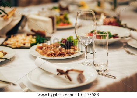 beautiful wedding table decor. Clean the glasses of drinks