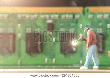 Miniature People : Computer Repairman Repair Computer Hardware