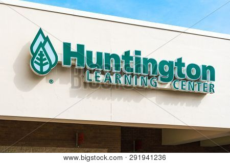 Stillwater, Mn/usa - March 24, 2019: Huntington Learning Center Retail Exterior And Trademark Logo.
