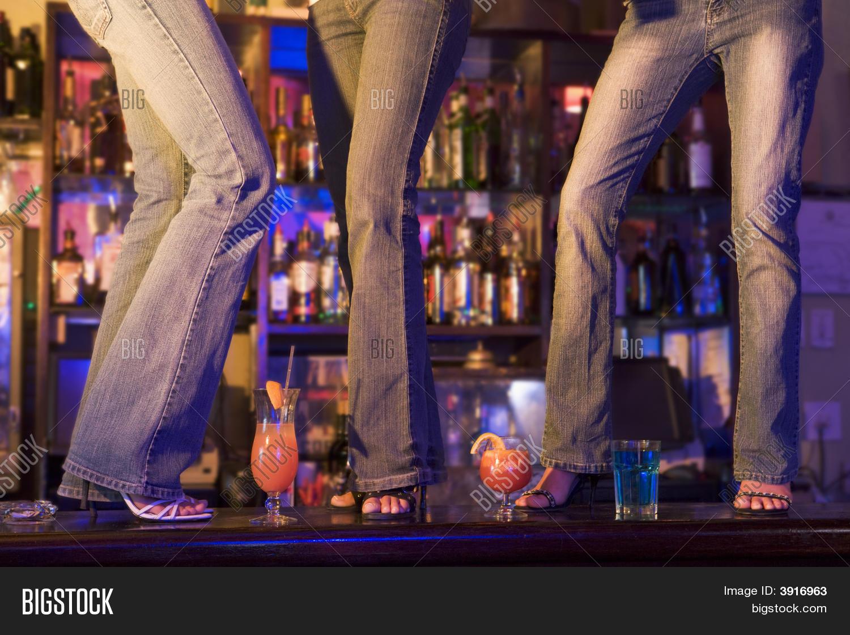 Снял телку в баре, Парень снял телку в баре и трахнул ее дома порно видео 20 фотография