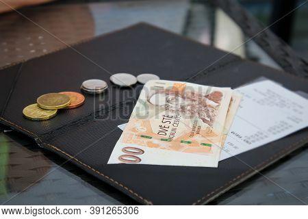 Die Restaurantrechnung In Einem Tschechischen Restaurant Mit Geld In Schein Und Münzform