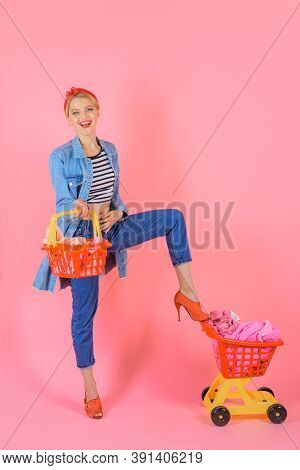 Supermarket. Pin Up Woman With Empty Shopping Cart. Woman On Shopping. Shopping. Sale. Discount. Bla