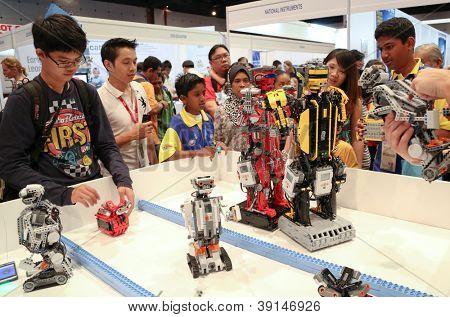 SUBANG JAYA - 10 de noviembre: Los Robots realizan para que los visitantes no identificados en el mundo Robot Olympaid en N
