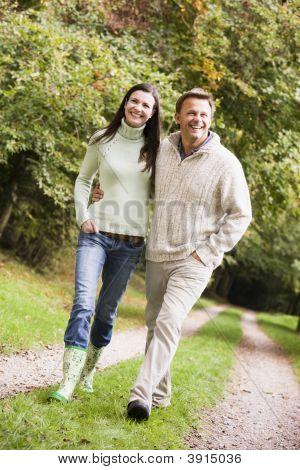 couple on Spaziergang zusammen