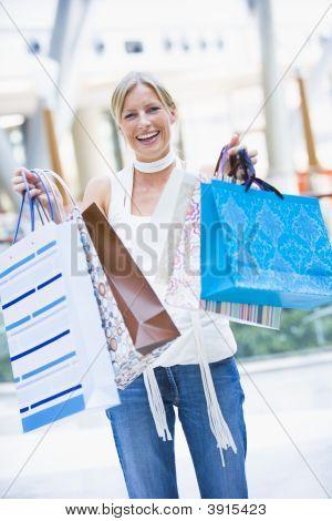 Frau in Shopping-Mall, die halten Taschen
