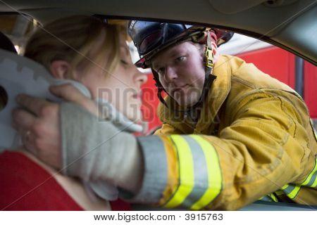 Feuerwehrleute speichern Frau im Auto
