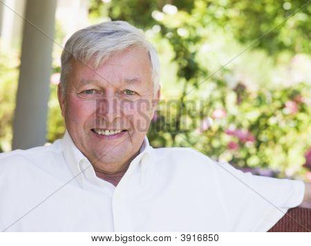 Senior mann outdoors sitzend