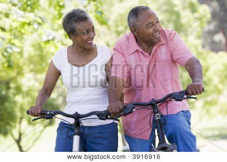 Senior Couple auf Fahrrädern