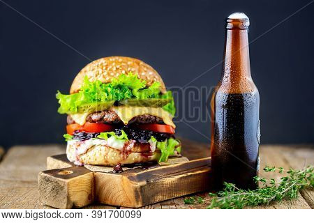 Burger. Delicious Grilled Burgers. Fresh Tasty Hamburger On A Black Background. Premium Photo. Juicy