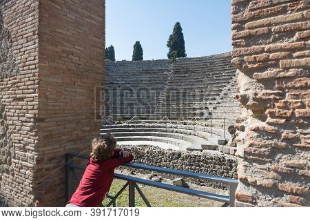 Pompeii,italy-march 27, 2016: Boy Inside Th Columns And Ruins Inside The Pompeii Archeological Site