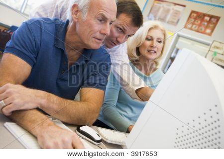 Tres personas en la Terminal de computadora