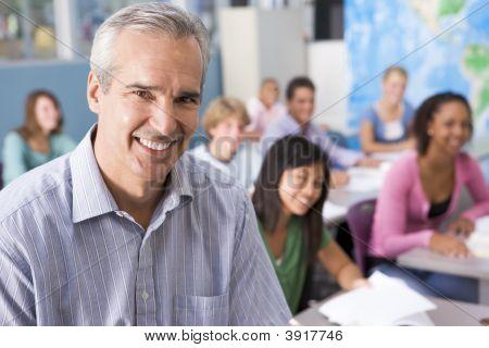 Estudantes que estudam na classe de Geografia com o professor