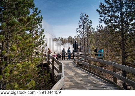 Wyoming, Usa - September 23, 2020: A Crowd Of Tourists Gathers Around Steamboat Geyser, The Worlds L