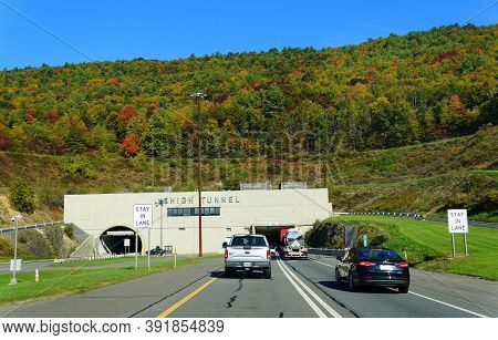 Slatington, Pennsylvania, U.s.a - October 17, 2020 - Traffic On Interstate 476 South Into Lehigh Tun