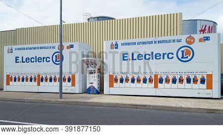 Bordeaux , Aquitaine / France - 10 20 2020 : E.leclerc Gas Cylinder Vending Machine Bottles With Pro