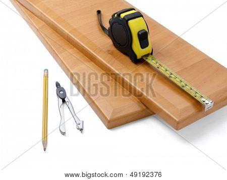 Placa de madeira e ferramentas sobre um fundo branco