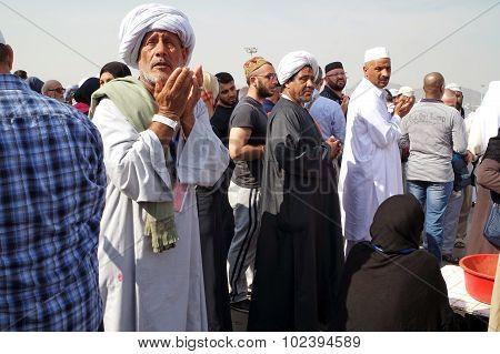 Muslims Praying Mount Arafat Of Mercy (jabal Rahmah)