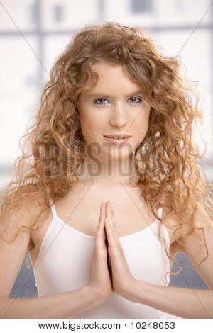 attraktive weibliche üben Yoga Prayer darstellen