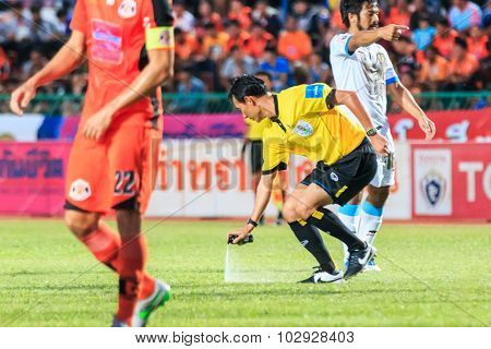 Sisaket Thailand-september 20: The Referee Use The Vanishing Spray During Thai Premier League Betwee