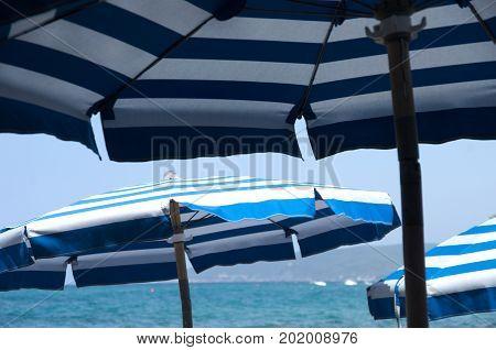 Un immagine estiva sulla spiaggia sotto l'ombrellone