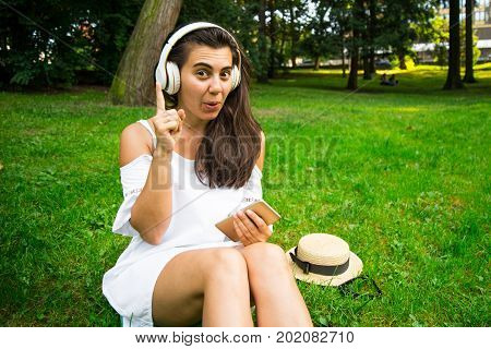 woman have an idea what to do with her dead phone to continue listen music