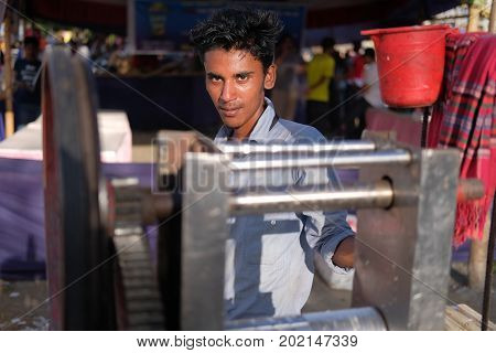 Dhaka, bangladesh, august 2017. a young man selling fresh juice at local play ground for upcomming eid ul adha muslim festival located at aftab nagar in dhaka in bangladesh taken on 30, august 2017.