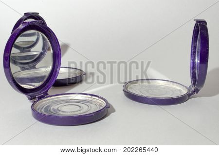 Empty Round Foundation Powder Case With Mirror, That Reflect Each Other