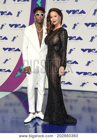LOS ANGELES - AUG 27:  Amber Rose and 21 Savage arrives for the MTV Video Music Awards 2017 on August 27, 2017 in Inglewood, CA