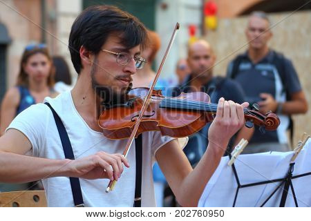 Ferrara, Italia - August 27, 2017: The Ferrara Buskers Festival is dedicated to the art of the street. Artists sing their music perform in the street. Buskers Festival. ad hoc quartet