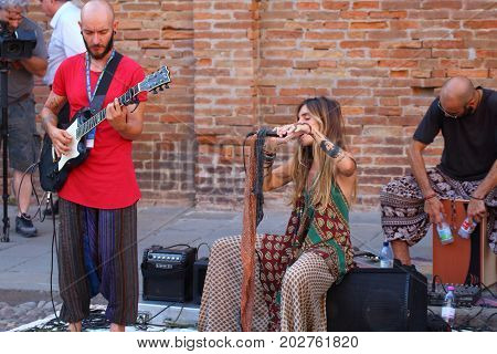 Ferrara, Italia - August 27, 2017: The Ferrara Buskers Festival is dedicated to the art of the street. Artists sing their music perform in the street. Buskers Festival. ambra marie