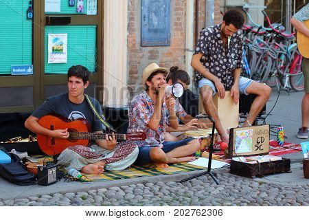 Ferrara, Italia - August 27, 2017: The Ferrara Buskers Festival is dedicated to the art of the street. Artists sing their music perform in the street. Buskers Festival. blend