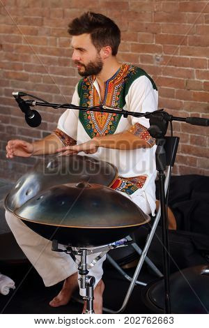Ferrara, Italia - August 27, 2017: The Ferrara Buskers Festival is dedicated to the art of the street. Artists sing their music perform in the street. Buskers Festival. Paolo Borghi Hang Player