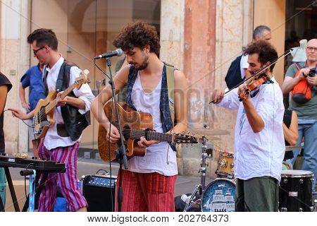 Ferrara, Italia - August 27, 2017: The Ferrara Buskers Festival is dedicated to the art of the street. Artists sing their music perform in the street. Buskers Festival.cinque uomini sulla cassa del morto