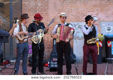 Ferrara, Italia - August 27, 2017: The Ferrara Buskers Festival is dedicated to the art of the street. Artists sing their music perform in the street. Buskers Festival. the under score orkestra