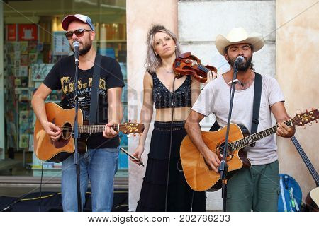 Ferrara, Italia - August 27, 2017: The Ferrara Buskers Festival is dedicated to the art of the street. Artists sing their music perform in the street. Buskers Festival. NASHVILLE & BACKBONES.